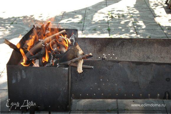 А в это время разжигаем огонь в мангале.