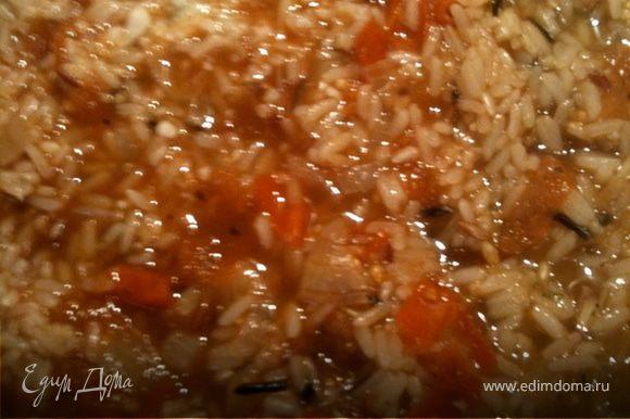 Мидии отварить. Водичку от них оставить. В сотейнике обжариваем лук и чеснок (не весь), высыпаем рис, заливаем 3 стаканами бульона от мидий, добавляем 2 ст.л томатной пасты и порезанный квадратиками томат, закрываем крышкой и тушим на медленном огне до готовности риса (минут 20)