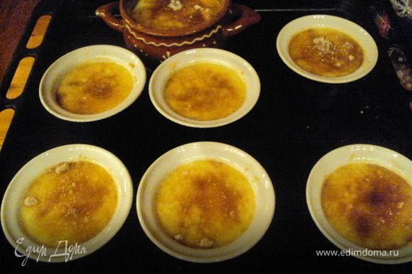 """Посыпать коричневым сахаром. Поставить в предварительно разогретую духовку на """"гриль""""на 2- 3 минуты, пока сахар не начнет пузыриться. Охладить и наслаждаться изысканным десертом."""