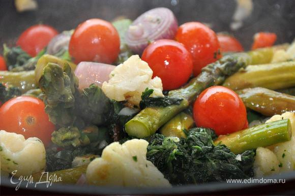 Итак, феттуччине отварить 'аль денте', откинуть в дуршлаг, но оставить примерно пол-литра воды, в которой они варились. На разогретую сковородку добавляем оливковое масло, рубленый чеснок и чили, затем нарезанный сладкий перец и лук шалот. На среднем огне обжариваем пару минут и добавляем цветную капусту и спаржу. Продолжаем готовить овощи, периодически встряхивая их на сковороде. Теперь добавим шпинат и помидорки, и хорошенько приправим все солью и перцем. Тщательно перемешаем и потомим еще пару минут.