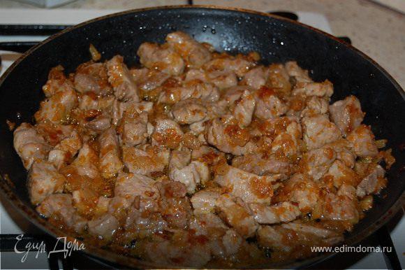Лук мелко нашинковать, морковь потереть на терке. Мясо нарезать кубиками. Если вы любите более жирное мясо, можете взять другую часть свинины... Сначала обжарить лук, потом туда положить морковь, затем мясо, посолить, поперчить и продолжать тушить до тех пор, пока не испарится жидкость.
