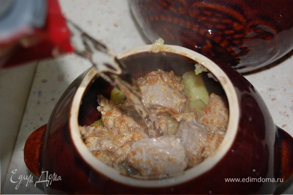 В горшочки положить картофель, сверху мясо и залить кипяченой водой.