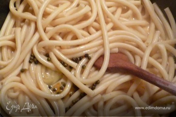 Когда спагетти готовы - слить воду и обжарить немного в жире от бекона. Затем добавить яйчно-молочную смесь, непрерывно помешивая довести ее до кремообразного состояния.