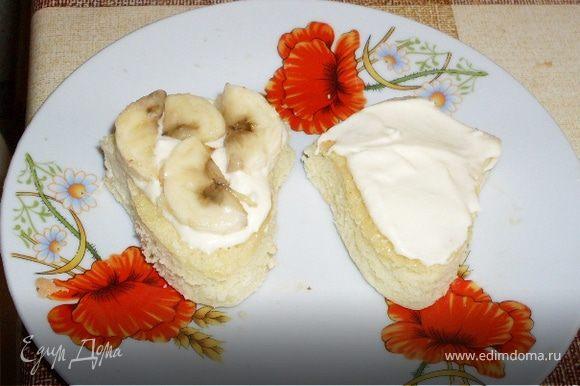 Взбить масло (комнатной температуры)со сгущенкой и намазать пирожные, прослойкой положить резанные бананы