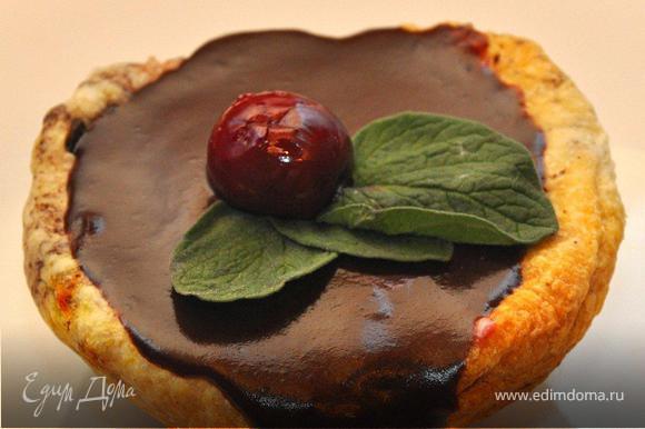 Сверку заливаем наши пирожные шоколадом, даем им немного постоять, пока шоколад не застынет, а затем украшаем листочками мяты и ягодкой вишни.