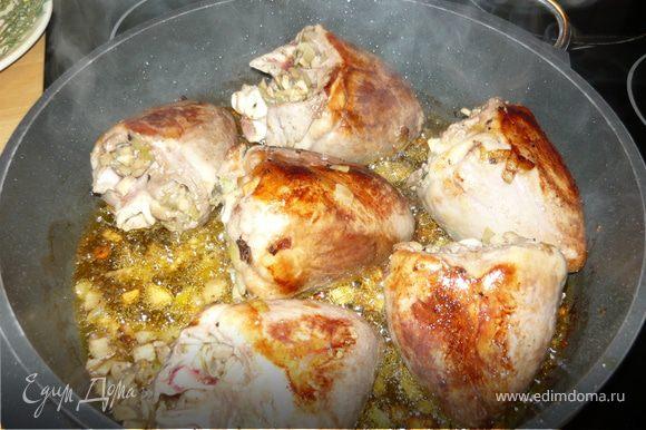 Лук и шампиньоны мелко нарезать, обжарить на оливковом масле, добавить щепотку листочков тимьяна, соль и перец. Слегка остудить и начинить этой смесью сердца. В принципе можно еще обмотать полосками бекона и скрепить зубочистками, но я избегаю лишнего холестерина.