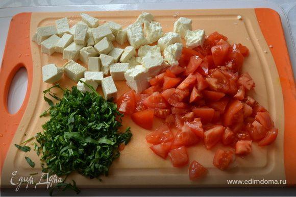 Помидоры порезать, овечий сыр покрошить, тофу нарезать квадратиками, руколу мелко нарезать (пару веточек оставить для украшения).