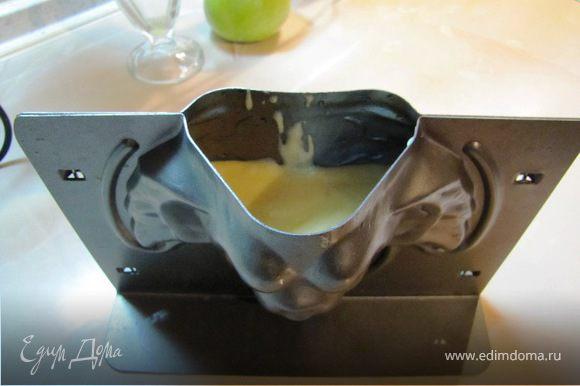 Заполнить форму на 2/3 (тесто растет) и поставить в нагретую духовку.