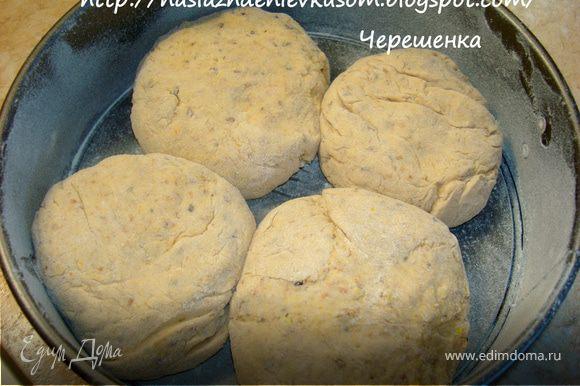 Добавить все остальные ингредиенты и хорошо вымесить, тесто может немного приставать к рукам. Смазать чашку оливковым маслом и положить туда тесто. Накрыть сверху пищевой пленкой или просто пакетом и дать постоять 1 час. Затем хорошо обмять, разделить тесто на 4 части и сформировать шарики. Положить их в форму, смазанную маслом и дать подойти 30-40 мин.