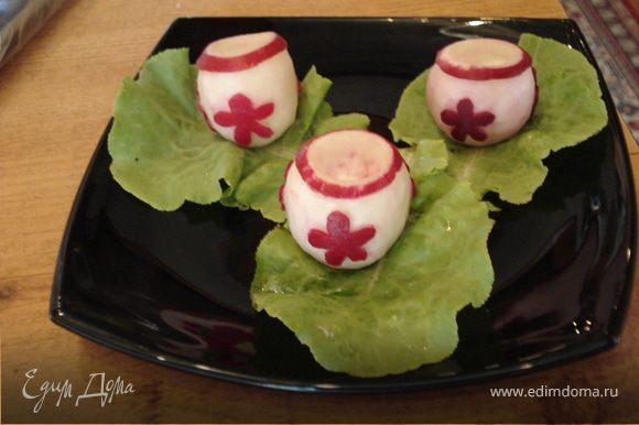 """Устанавливаем """"горшочки"""" на листья салата."""