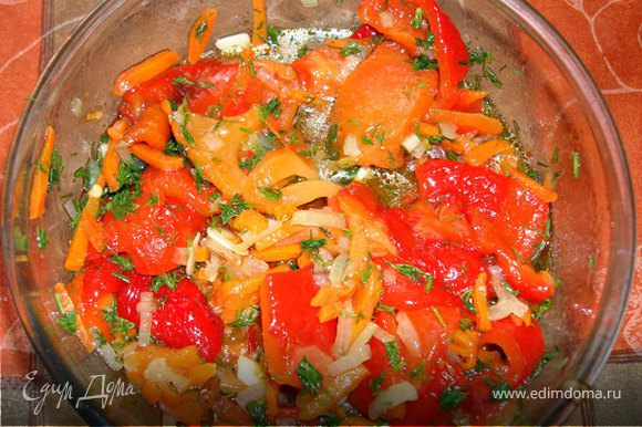 Смешиваем все овощи, солим, перчим, добавляем яблочный уксус. Аккуратно перемешиваем…