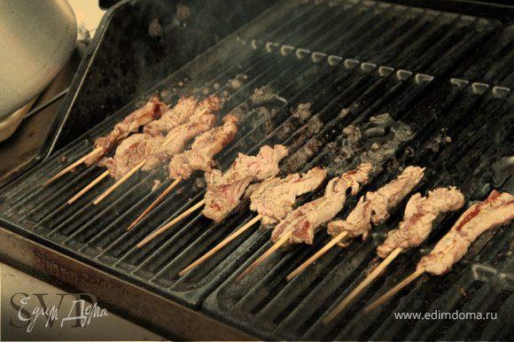 <<<>>> Бамбуковые палочки для мяса, замачиваем в воде на 3-4 часа. Переливаем соус в глубокую и широкую миску, она должна быт удобной что бы макать шашлычки. Жарить шашлычки желательно на древесных углях. <> обжариваем до 70% готовности, обмакнуть в якитори соус, обжарить на одной стороне, обмакнуть в якитори соус, обжарить с другой стороны, снова в якитори соус и на гриль буквально на несколько секунд. Подавать желательно с огня, с солью чили и острой горчицей.
