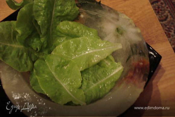 Дно чаши выстилаем листьями салата