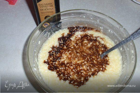 Растереть сахар с маслом, добавить яйца (1яйцо+желток), кефир, уксус и ваниль.