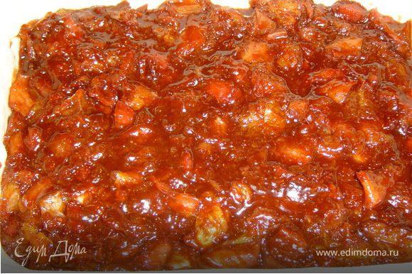 Раскатываем тесто и выкладываем в форму,смазанную маслом. Сверху кладем начинку.