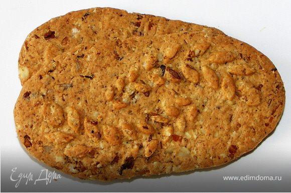 Выложить в две креманки кусочки печенья,творог и 2/3 мангового пюре.