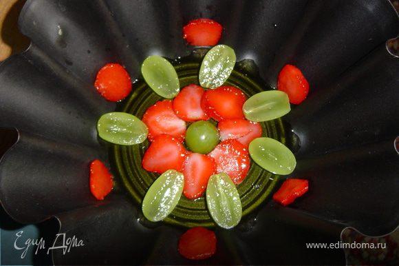 Теперь берем форму и на дно наливаем немного желе,и даем ему немного остыть.Затем на него выкладываем ягоды и ставим в холодильник до полного застывания.После этого наливаем небольшой слой желе другого цвета и даем ему застыть.Затем опять выкладываем ягоды,и так продолжаем до заполнения формы,чередуя цвета желе и расположение ягод.Затем отправляем в холодильник на 2-3 часа до полного застывания. Для того, чтобы без проблем извлечь желе из формы, нужно опустить форму на несколько секунд в горячую воду.