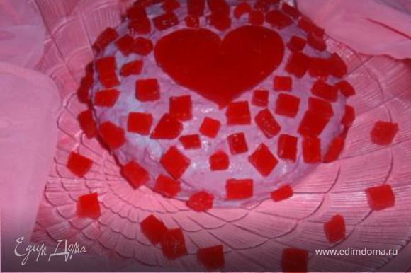 Форму с желе опускаем в кипяток на 1-2 секунды. Вынимаем желе из формы. И режем квадратиками, сердечками, кружочками...Украшаем торт.