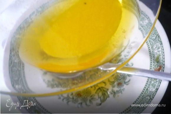 75 гр. масла растопить в нагретой до 110 С духовке около 10 минут или пока оно не расслоится на жир и молочные белки, которые осядут на дне. Слить ложкой получившийся жир в тарелочку , а осадок вылить.