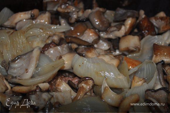 Достаньте готовое мясо из духовки и слейте содержимое через сито в сотейник. Положите мясо обратно в кассероль. Выложите сверху грибы и лук.