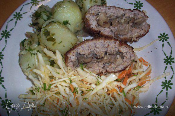 Подавать готовые биточки можно с отварным картофелем предварительно заправив его обжаренным луком и зеленью и с капустным салатиком.