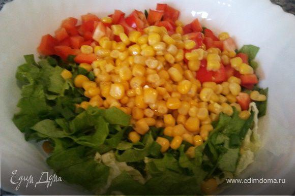 Нарезать пекинскую капусту: белую часть на кусочки толщиной до 5мм, зеленую часть покрупнее. Листовой салат нарезать большими квадратами, перец - кубиками. Добавить кукурузу, мелко нарезанный лук.