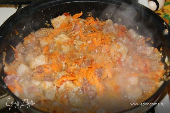 Мелко шинкуем лук, морковь натираем на крупной терке. Разогреваем в глубокой сковороде сливочное и оливковое масло, обжариваем лук и морковь. Мелко шинкуем помидор и чеснок и добавляем в сковороду. Режем свинину на кубики и отправляем к овощам. Добавляем соль перец.