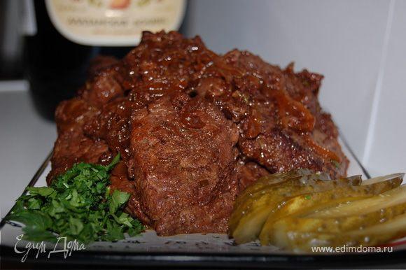 Когда вино выпарится на 2/3,мясо готово.Мясо можно подавать с пюре или с отварным рисом. Приблизительно по времени у меня ушло 1.30-1.45