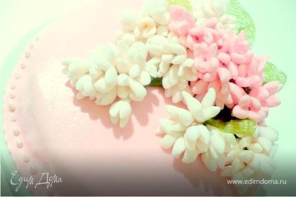 Украсить торт цветами. И обрадовать им любимых!