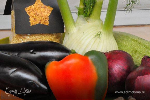 Подготовим необходимые овощные ингредиенты. Возьмем два средних плотных баклажана и один цуккини. Один крупный или два небольших фенхеля. Две средних моркови и красных луковицы. Крупный болгарский перец и 1-2 острых перца, кто не очень любит острое можно не класть. Хорошую головку чеснока, ну и сам булгур.
