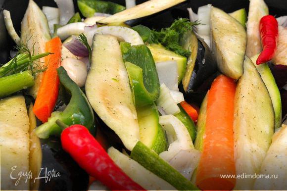 Овощи промыть и нарезать длинными полосками (дольками). Дно противня полить оливковым маслом и посыпать крупной морской солью. Выложить овощи и дольки чеснока на противень, полить сверху оливковым маслом, посолить и поперчить. Хорошенько все перемешать руками. Наши овощи готовы к запеканию.