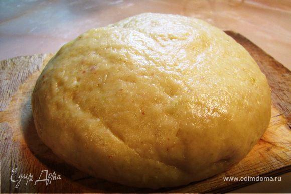 В муку добавить яблочное пюре, масло и замесить тесто, при необходимости добавляя муку или масло (я чередовала).