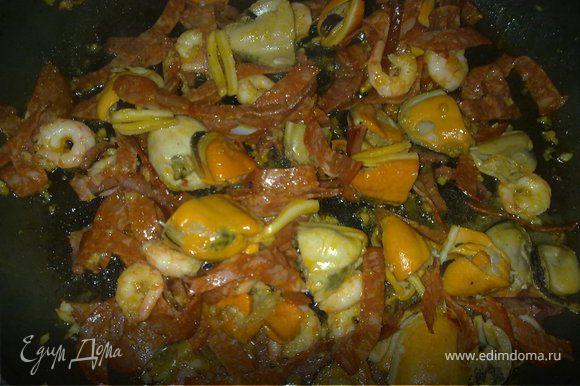 """Колбасу (чоризо) нарезаем """"соломкой"""" и обжариваем на сковороде с оливковым маслом, добавить мелко нарубленный чеснок, потом очищенные креветки и мидии и на интенсивном большом огне все это перемешаем минут пять."""