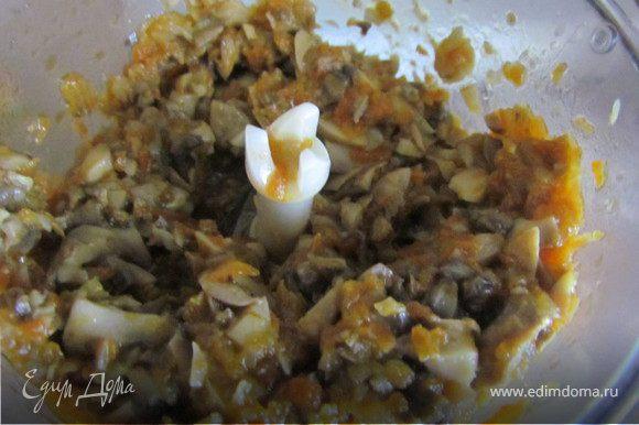 Лук, морковь и грибы немного измельчить в блендере.