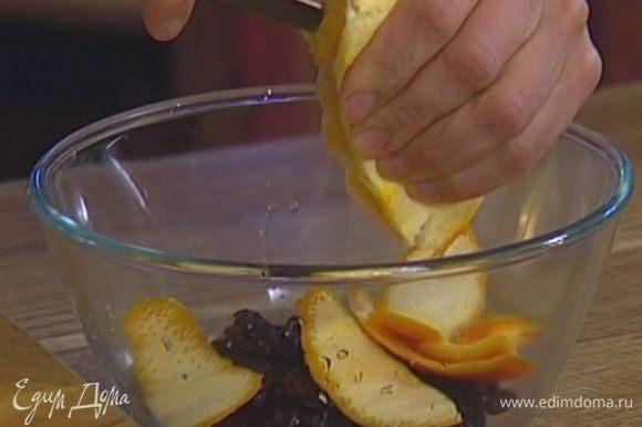 Изюм залить апельсиновым соком, добавить половину срезанной с апельсина цедры, 2–3 ст. ложки кипятка и все перемешать.