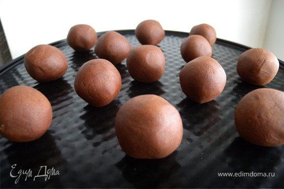 Сформировать шарики размером с маааааленький грецкий орех или большой фундук в скорлупе.