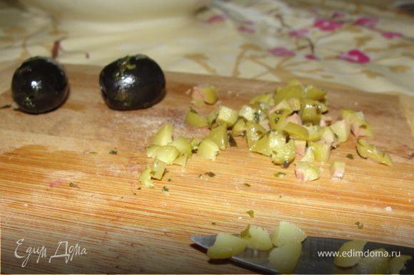 Мелко порубить маслины и оливки(или каперсы).