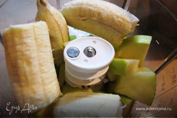 Духовку включить, выставить 180 градусов - пусть подготавливается к таинству. Яблоко без сердцевинки и банан перетереть блендером на пюре.