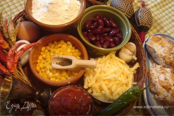 Курицу нарезать на небольшие кусочки,смешать с кукурузой и фасолью.