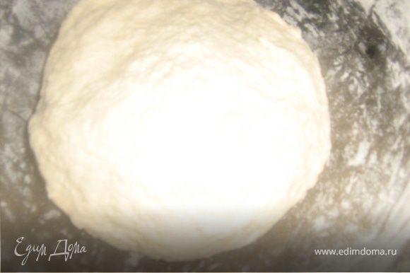 Муку просеять с солью, оставить пол стакана в стороне. Влить воду и уксус, замесить тесто, постепенно ввести оливковое масло. Месить. Тесто должно получится эластичным и не липнуть к рукам (возможно, что вам понадобится немного больше или меньше муки), но учтите, что при раскатке мы будем посыпать тесто мукой.