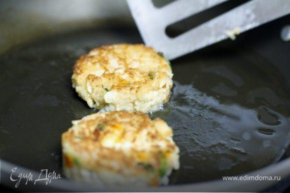 В сковороде разогреваем 1ст л оливкового масла и обжариваем котлетки до золотистого цвета, примерно 3-4 минут с каждой стороны.