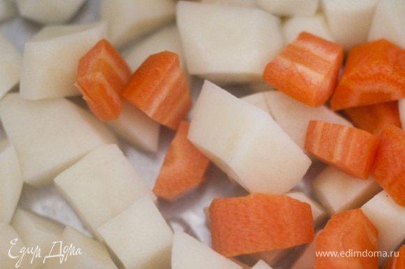 Картофель и морковь почистить, крупно нарезать, залить 1 1/2 − 2 л кипящей воды и варить минут 5−7.