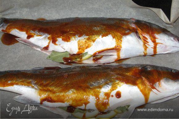 В форму на бумагу для выпечки выложим нашу рыбку, польем смесью масла и паприки и отправим в духовку на 20 - 25 минут.