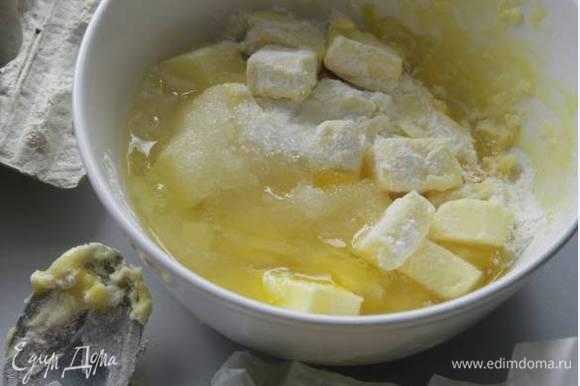 Приготовить начинку: творог тщательно растереть с яйцом, оставшимся сахаром и щепоткой соли, затем добавить изюм.