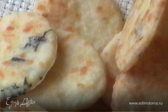 Растереть масло с мукой до состояния хлебных крошек. Затем добавить тертый сыр и мелко нарезанный базилик. Постепенно добавляем воду, вымешиваем гладное тесто и убираем на 30 мин в холодильник. Затем раскатать очень тонко, буквально 2 мм, нарезать стопкой или рюмкой, чтобы получились маленькие кружочки. Выпекать при 190С 1-2 минуты с каждой стороны.