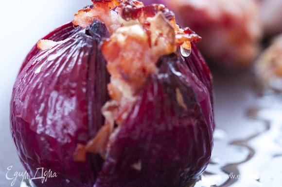 Поставить луковицы на противень. Запекать в разогретой духовке 20−25 минут.
