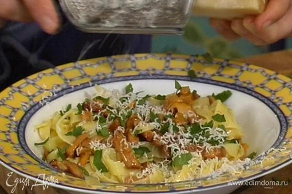 Смешать макароны с грибами, присыпать сыром, петрушкой и сбрызнуть оливковым маслом. Подавать немедленно.