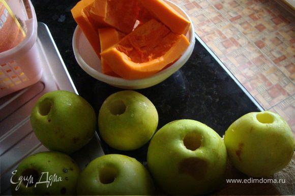 Берем яблоки моем,сушим,удаляем при помощи специального приспособления для удаления сердцевины яблока ,сердцевину из наших яблок.Получается в яблоке сквозное круглое отверстиуеТыкву очищанм от кожуры,нарезаем порционными кусочками толщиной 1 см а диаметром по объему яблока.