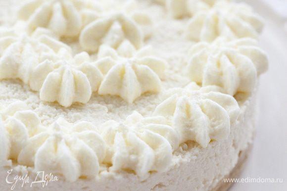 Сливки взбить, украсить ими торт и сразу подавать.