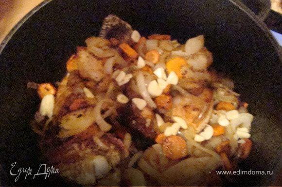 Помидор нарезаем полукольцами и через 30 минут добавляем к курице,немного шафрана и приправляем еще раз по вксу солью.
